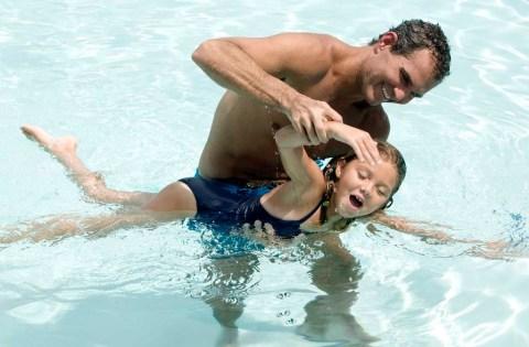 apa úszni tanít
