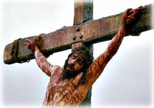 Jézus a kereszten: Isten, aki kitárt karral adja nekünk önmagát.